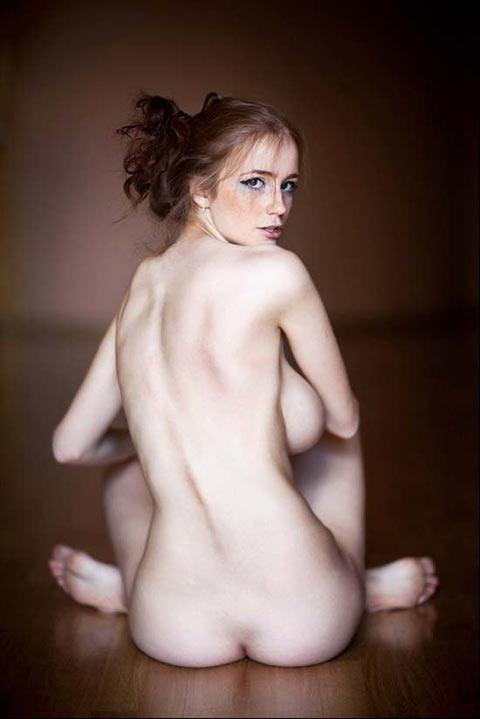 Ameliya Noita bombe rousse nue