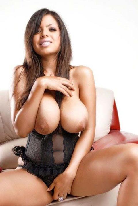 Yurizan Beltran latine gros seins en corset
