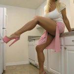 Cougar blonde aux jambes musclées
