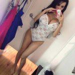 Pute orientale aux seins énormes en selfie