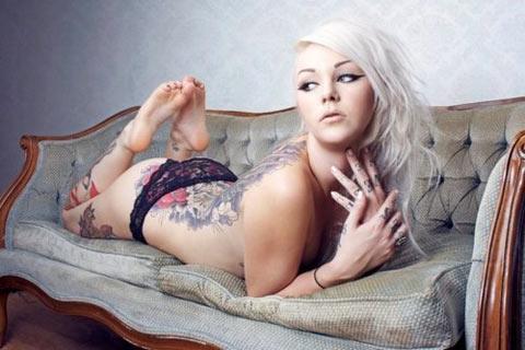 Suicide Girl blonde platine sexy