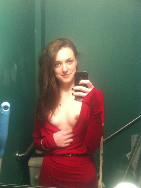 Rousse séduisante fait un selfie de ses petits seins