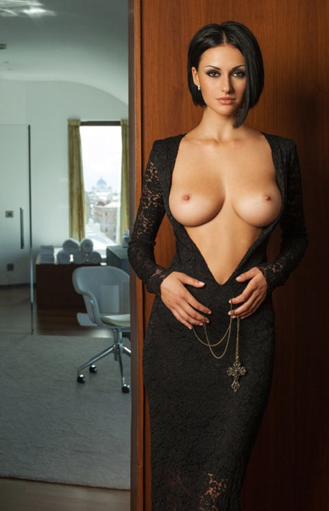Julia Androschuk femme fatale russe seins parfaits