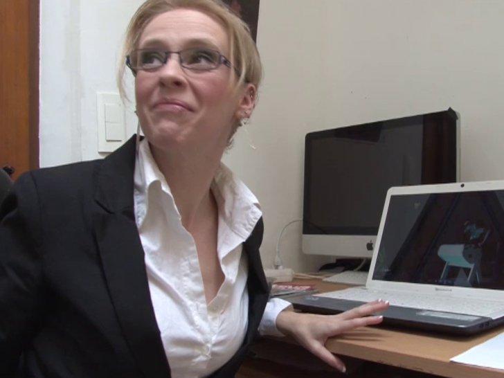 Secrétaire à lunettes niquée par son patron