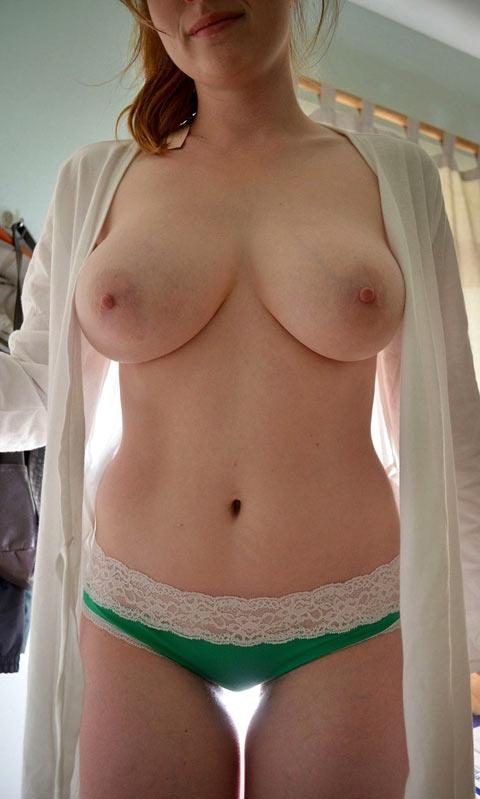 Rousse dodue aux gros seins