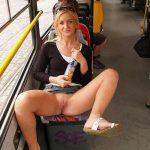 Tchèque exhibitionniste montre sa chatte dans le bus
