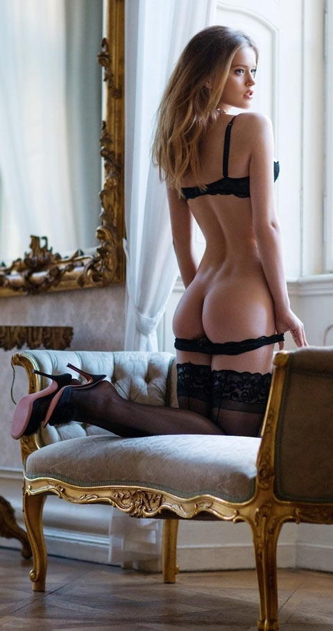 Kate aristocrate anglaise sexy 18 ans en lingerie fine