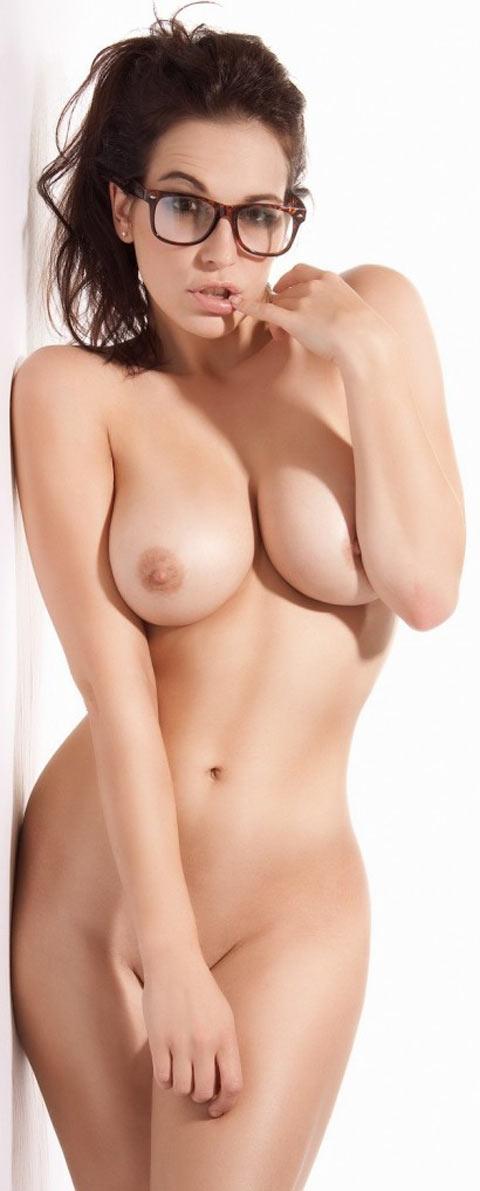 Parisienne branchée à lunettes à gros seins nue
