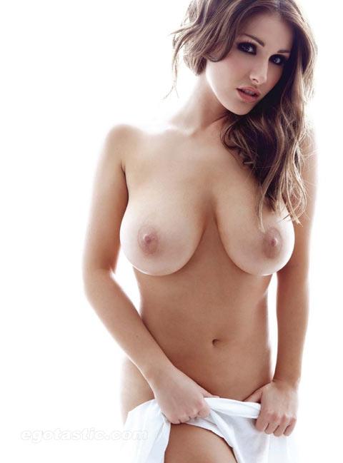 Lucy Pinder brune volcanique aux gros seins naturels