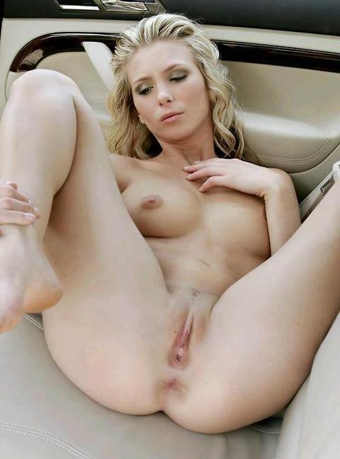 Avion de chasse blonde nue les jambes écartées en voiture