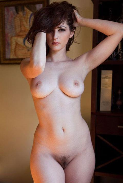 Solène brune sensuelle joue la femme fatale