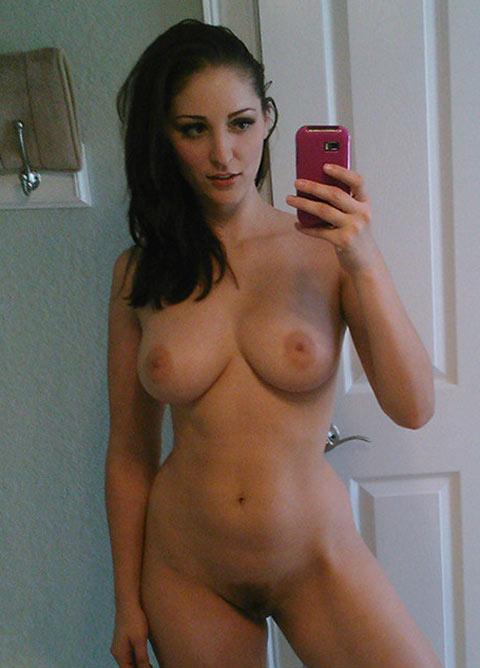 Séverine belle brune super chaude nue en selfie