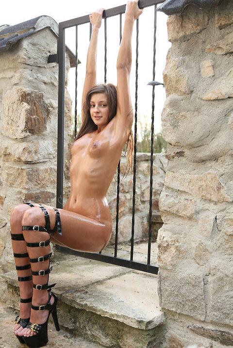 Grande salope nue huilée aux longues jambes