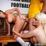 Alexis Ford et Courtney Cummz pompom girls à gros seins plan à 3