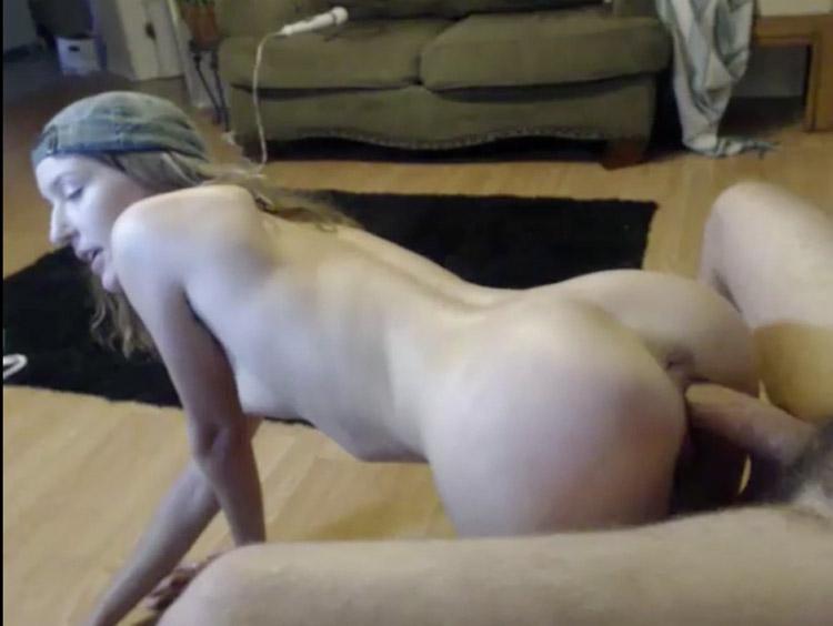 Amatrice blonde 18 ans soumise en levrette