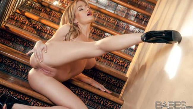 Angela Sommers blonde à chatte lisse se branle