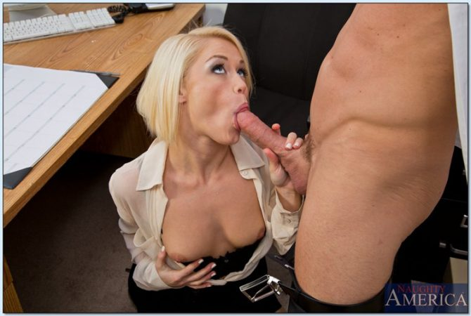 Ash Hollywood assistante blonde déboitée au bureau