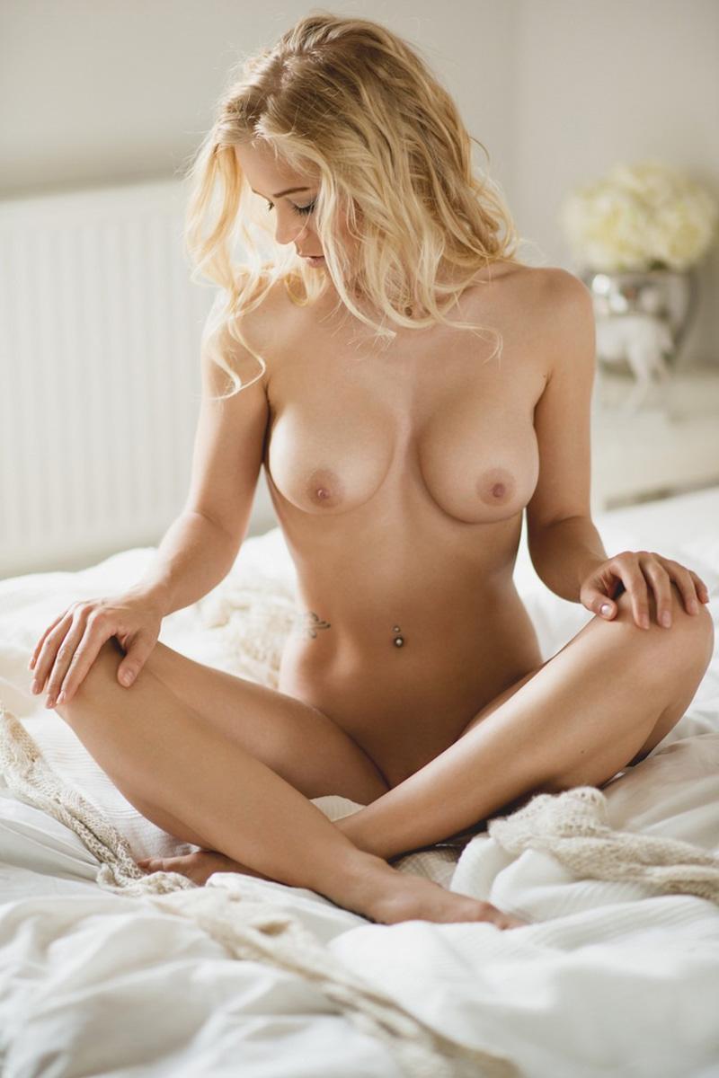Babe blonde 19 ans aux seins refaits