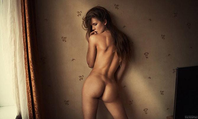 Babe polonaise nue contre le mur