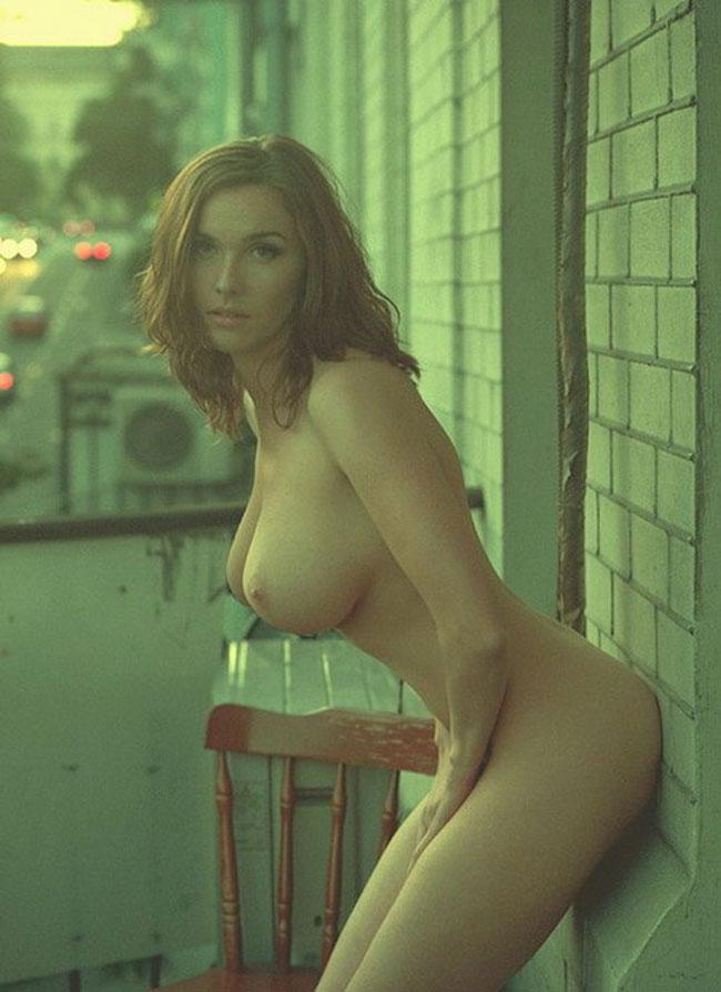 Beauté rousse nue au petit matin