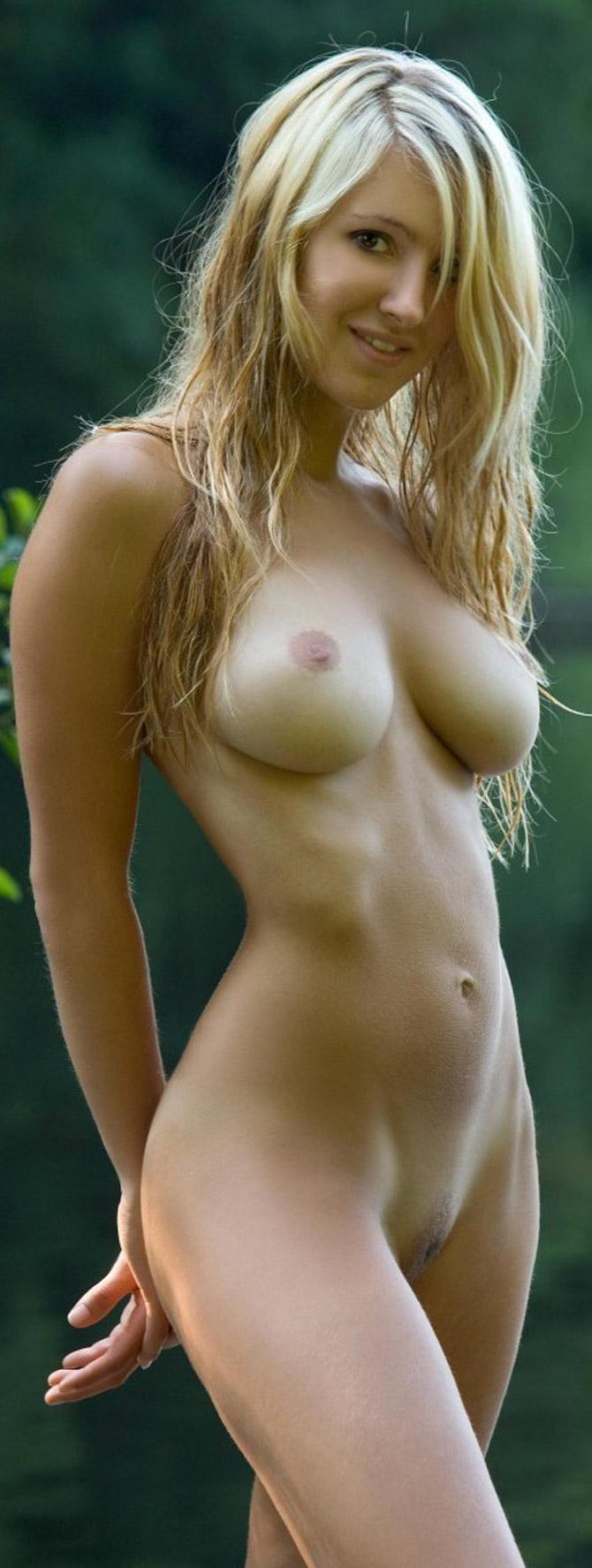 Belle lesbienne blonde nue aux nichons parfaits