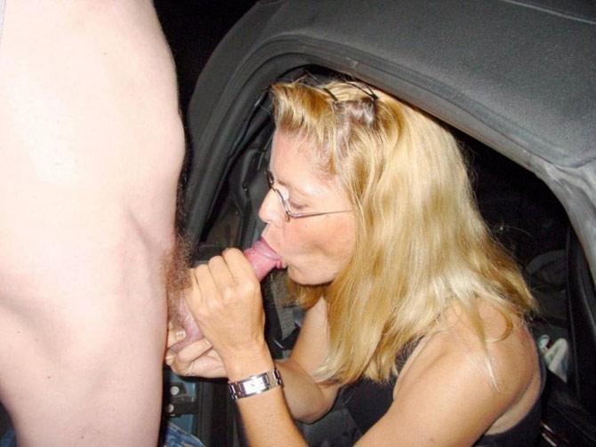 Blonde à lunettes pompe en bagnole