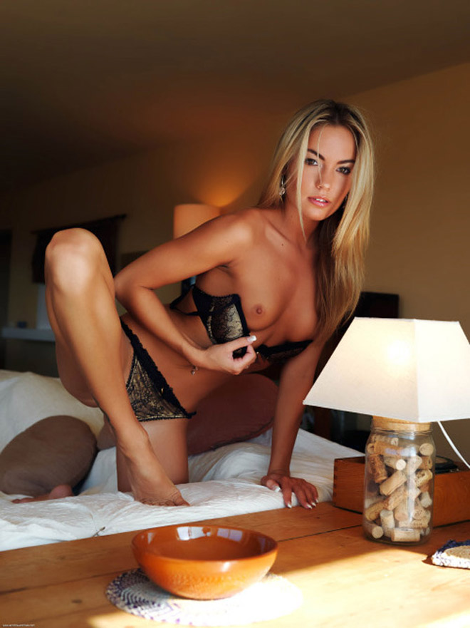 Suédoise blonde mince et sensuelle se met nue