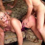 Blonde pulpeuse et poilue humiliée par deux salauds