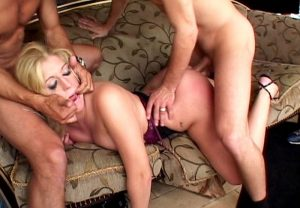 blonde-pulpeuse-poilue-humiliee-11