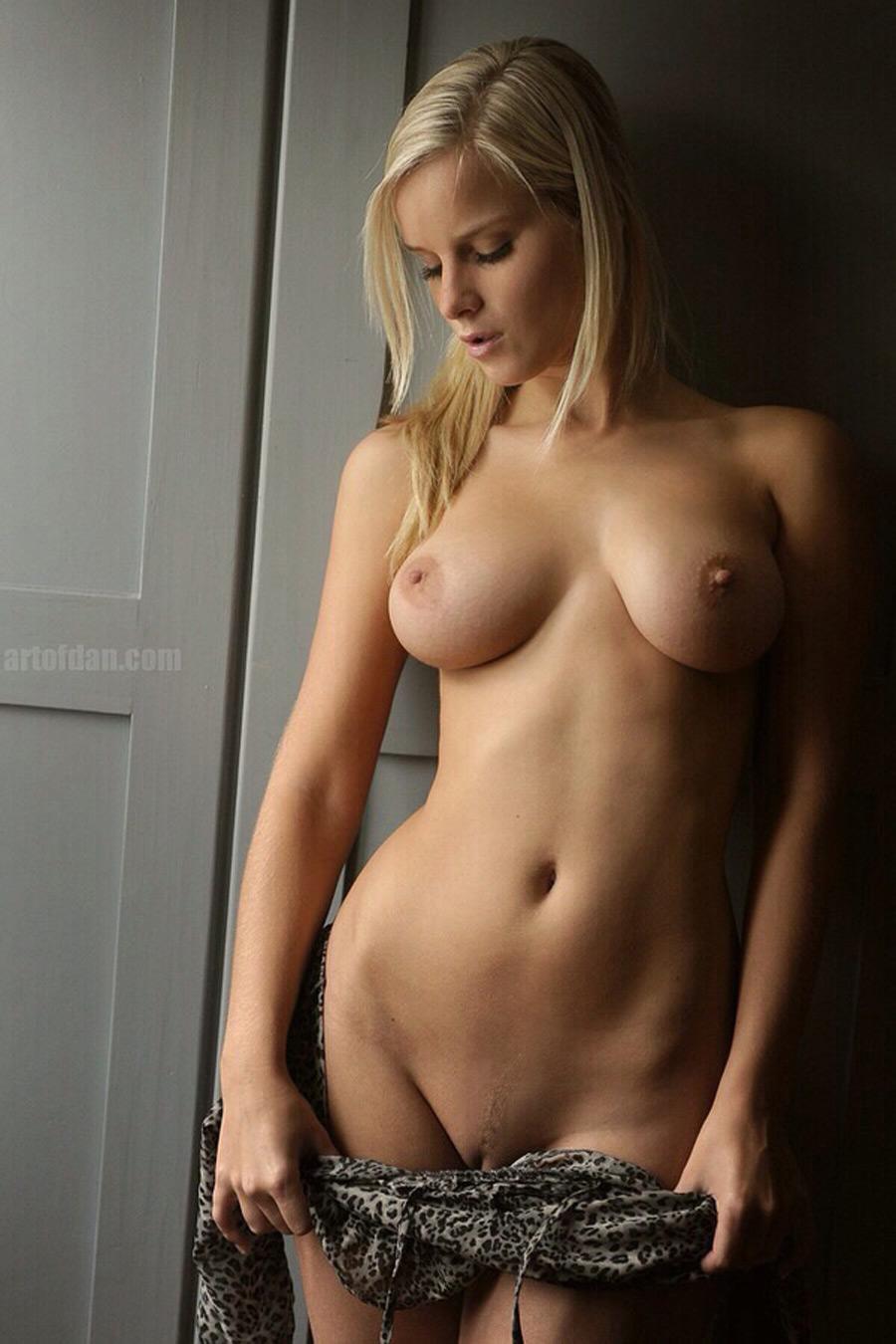 Blonde slovaque nue aux seins de rêve