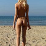 Blondinette tchèque nue pour sa première fois à la mer