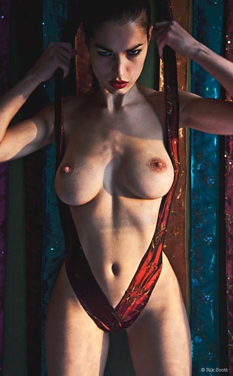 Brune torride photographiée par Rik Scott