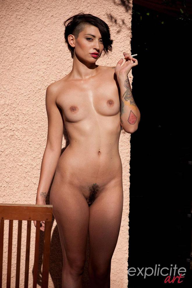 Carla Cat nue et poilue de la chatte