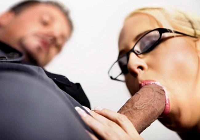 Carla Cox blonde à lunettes experte de pipe