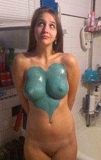 Amatrice brune dodue nue en bodypainting