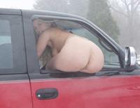 Cul d'une blonde à la fenêtre d'une bagnole en hiver