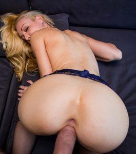 Blonde sexy aime la levrette