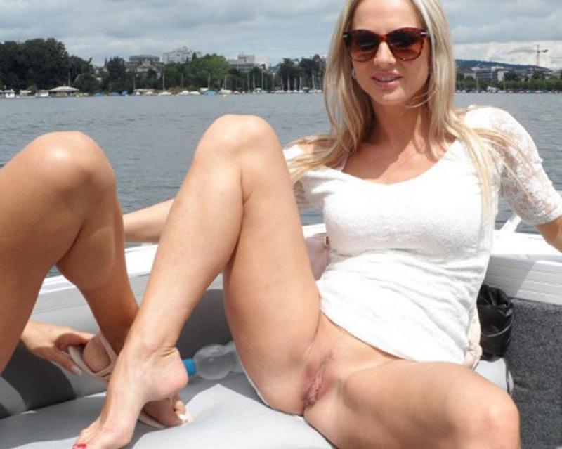 Epouse blonde qui exhibe sa chatte en bateau