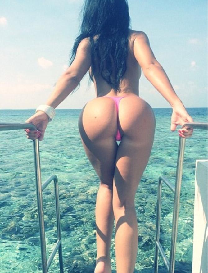 Femme à fesses rondes face à la mer