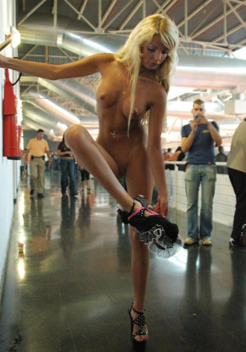 Grande blonde chaude exhib nue dans un lieu public