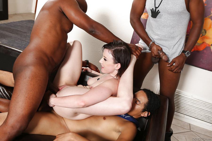Jennifer White déglinguée par des blacks