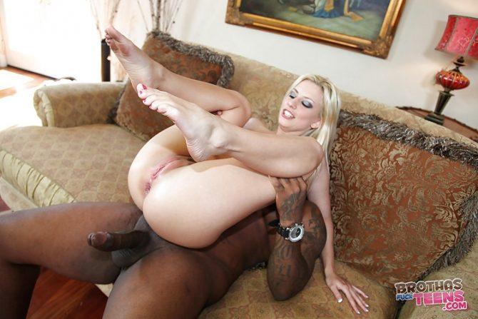 Jessie Volt sexe anal interracial avec Rico Strong