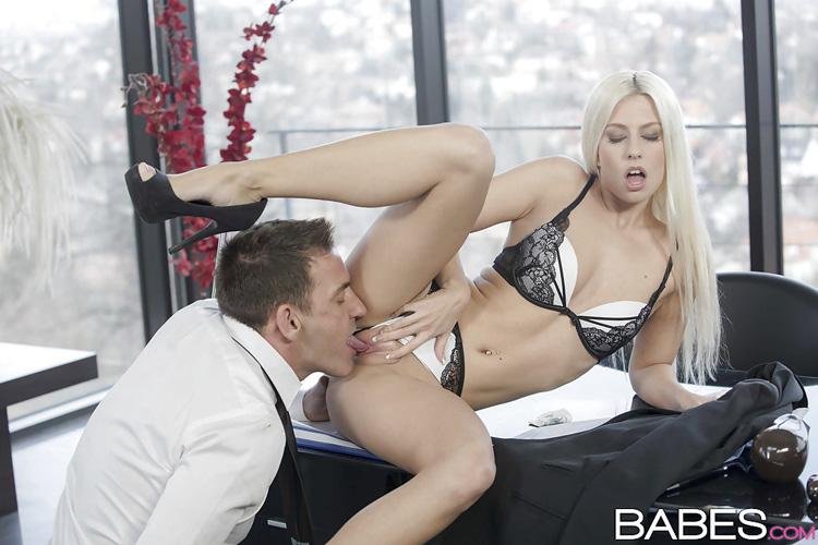 Jessie Volt secrétaire salope Babes 18