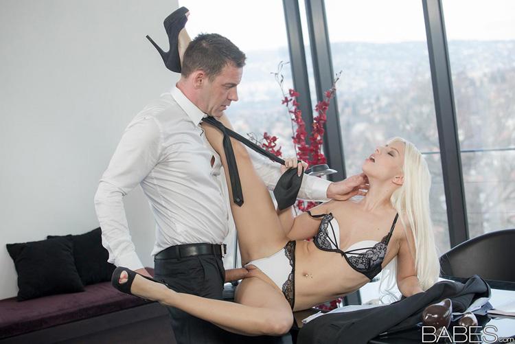 Jessie Volt secrétaire salope Babes 33