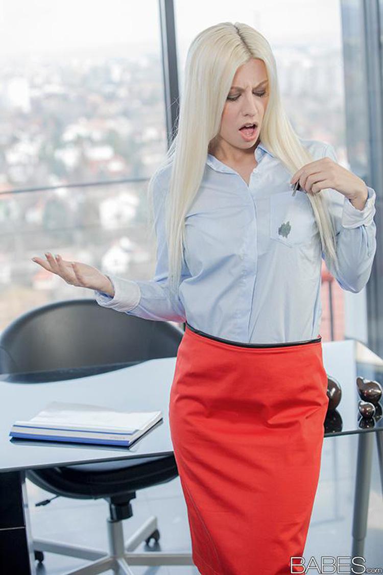 Jessie Volt secrétaire salope Babes 36
