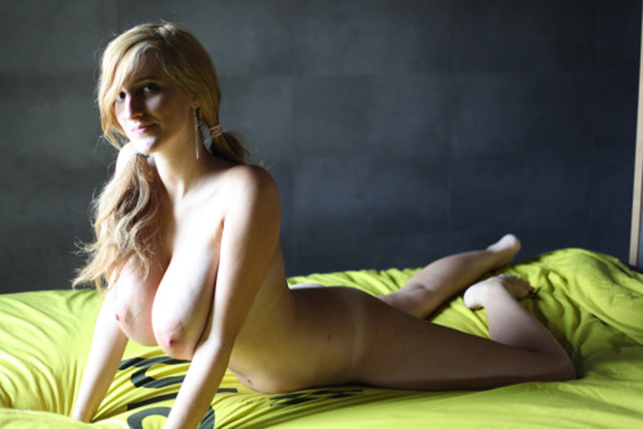 Laura blonde impudique gros seins photo 4
