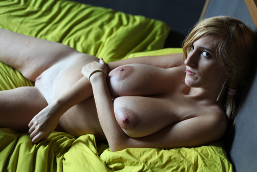 Laura blonde impudique gros seins photo 5