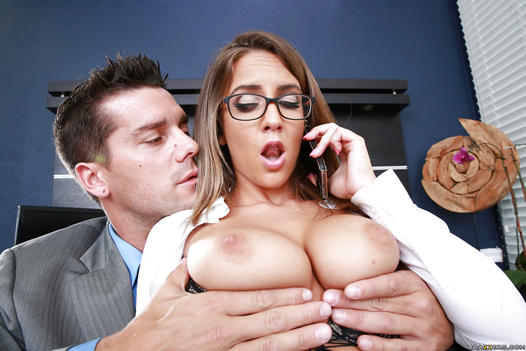 Layla London secrétaire hot nique au bureau –  Big tits at work