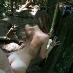 Levrette d'une babe mince dans la forêt