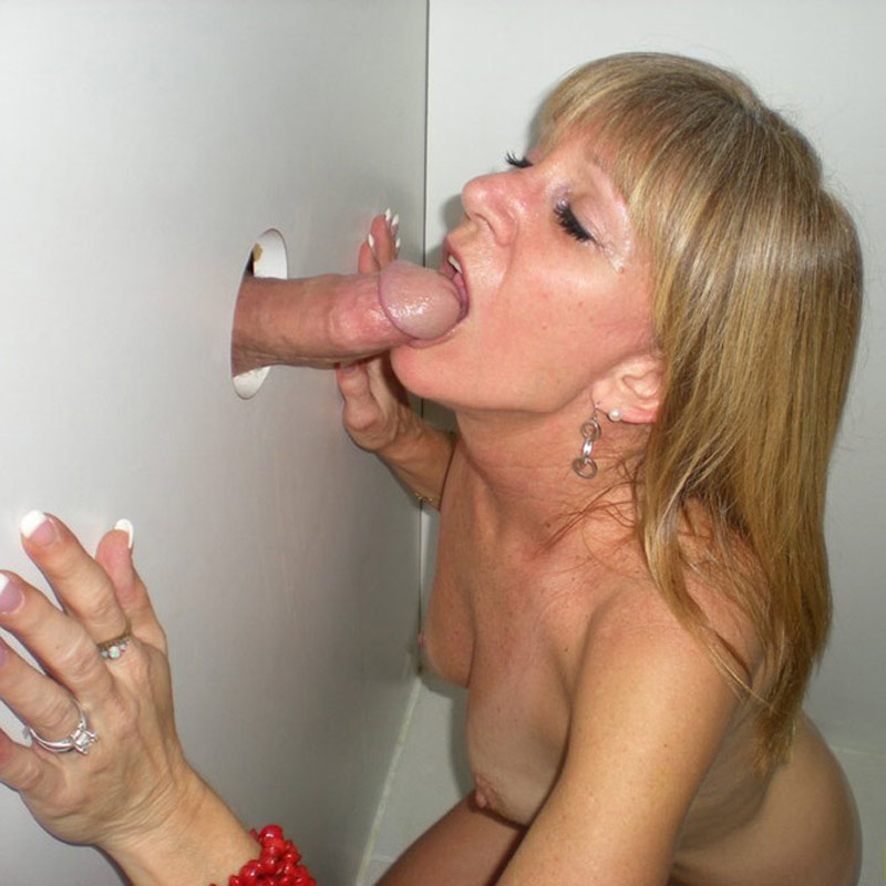 Maman blonde suce à travers un gloryhole
